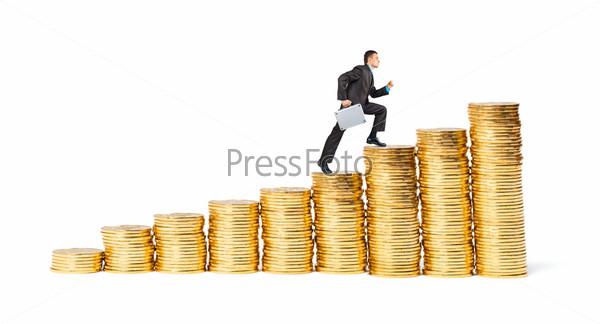 Бизнесмен идет вверх по золотым монетам