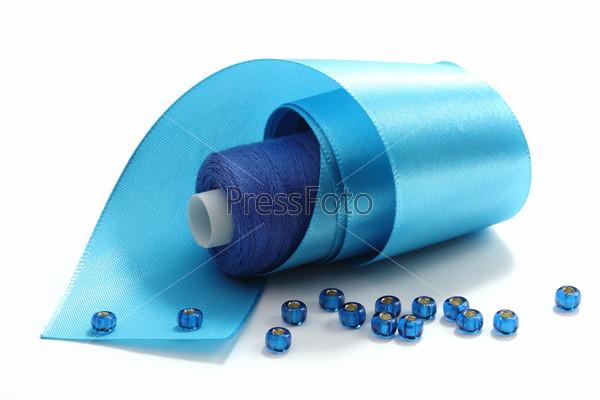 Голубая лента и голубые нитки