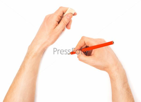 Человеческие руки с карандашом и ластиком что-то пишут