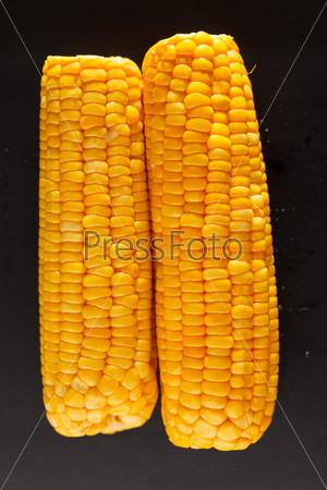 Кукуруза на черном фоне
