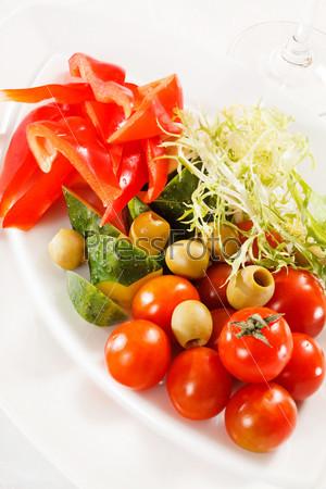 Свежие овощи на тарелке