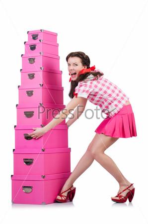 Молодая женщина с коробками для хранения на белом