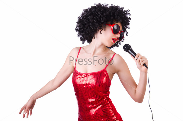 Поп-звезда с микрофоном в красном платье на белом