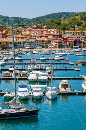Порт с яхтами в летний день