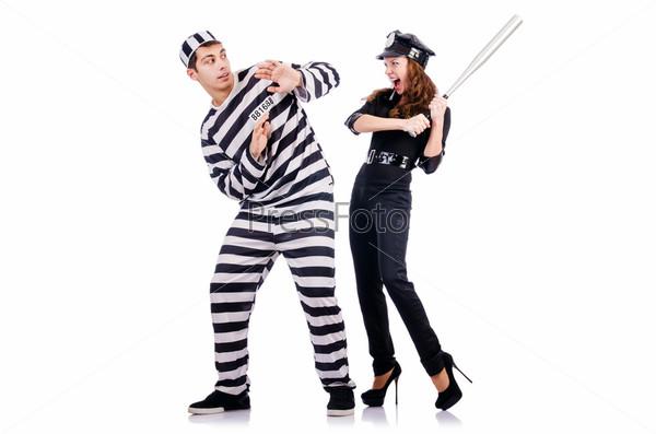 Полицейский и заключенный на белом фоне