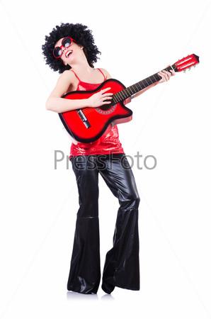 Фотография на тему Молодая певица с прической афро и гитарой