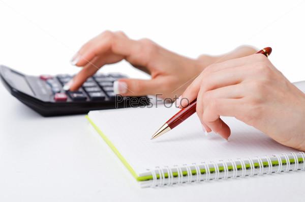 Руки работают на калькуляторе