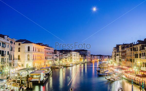 Венеция, Италия - 30 июня: Вид с моста Риальто в Венеции, Италия. Риальто – большой мост в Венеции