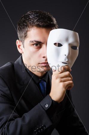 Человек с маской в темноте