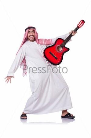 Араб играет на гитаре, изолированный на белом