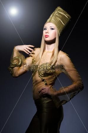 Молодая модель в египетском костюме