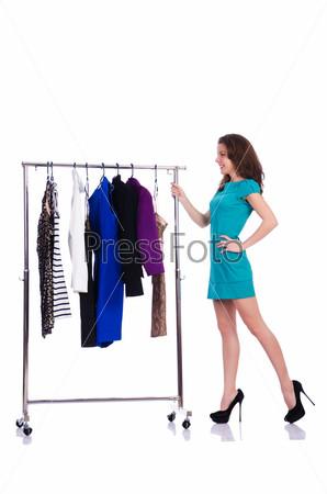 Женщина меряет новую одежду на белом