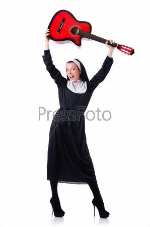 Монахиня играет на гитаре, изолированная на белом