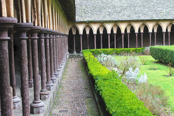 Монастыркий сад в аббатстве Мон Сен-Мишель. Нормандия, Франция