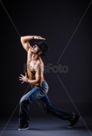 Танцор в темной студии