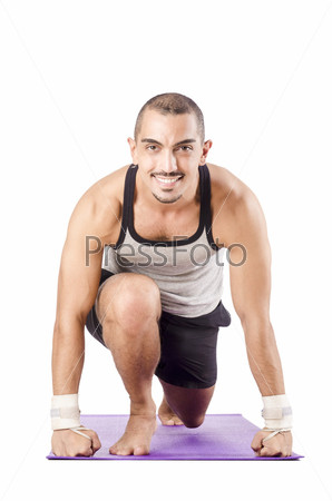 Мужчина делает упражнения на белом