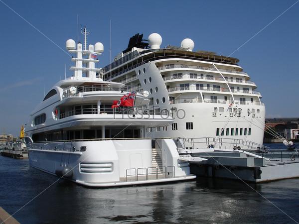 Фотография на тему Яхта и лайнер