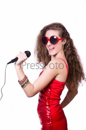 Молодая женщина поет, изолированная на белом фоне