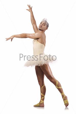Мужчина в балетной пачке, изолированный на белом