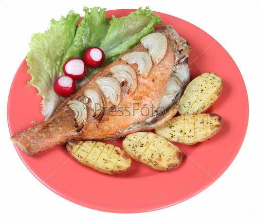 Жареная рыба и овощи