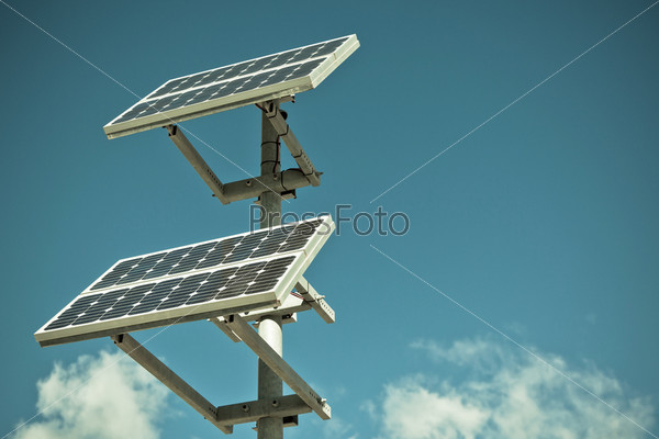 Панели солнечных батарей на фоне голубого неба