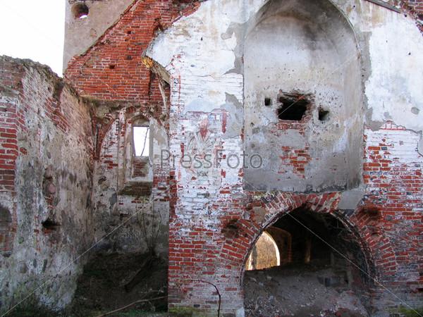 Стена разрушенной церкви с фресками