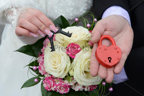 Фотография на тему Свадебный замок в руках пары