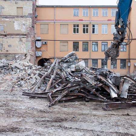 Работающая машина для сноса зданий