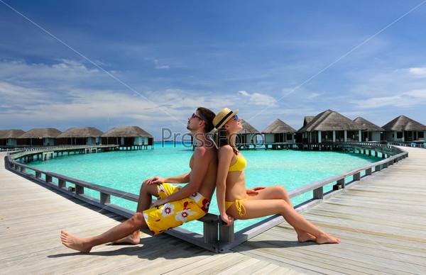 Фотография на тему Пара на пирсе на Мальдивах