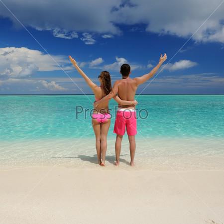 Фотография на тему Пара на пляже на Мальдивах