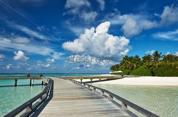 Красивый пляж с пристанью