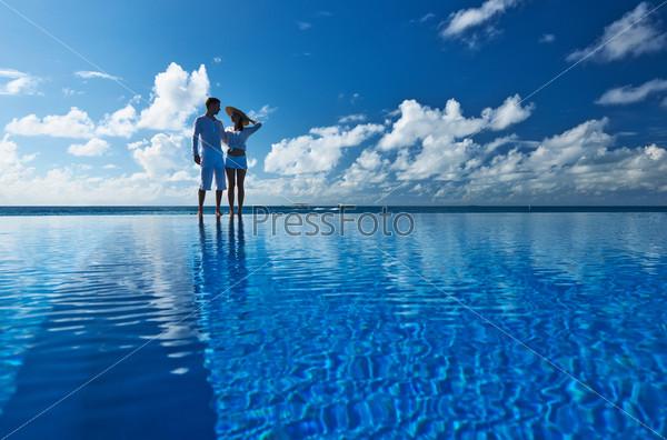 Пара возле бассейна