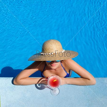 Фотография на тему Женщина с коктейлем космополитен у бассейна