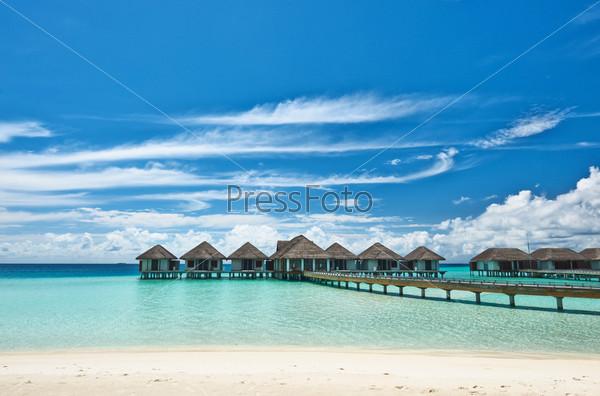 Красивый пляж с бунгало на воде