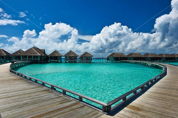 Красивый пляж с водными бунгало