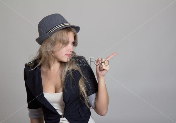 Молодая блондинка в шляпе и жакете