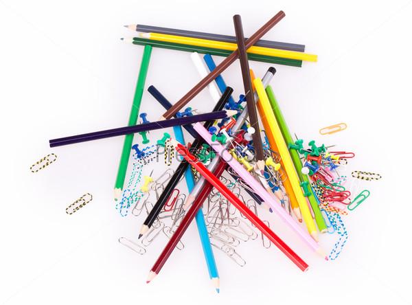 Скрепки для бумаги и карандаши
