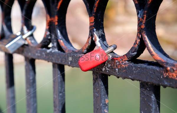Замки на металлическом заборе