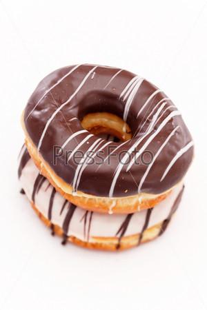 Пончик, изолированный на белом