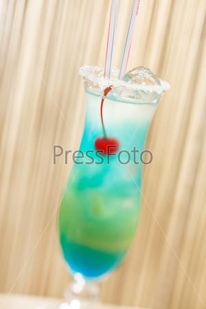 Голубой коктейль с вишней
