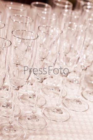 Пустые стаканы на столе в ресторане