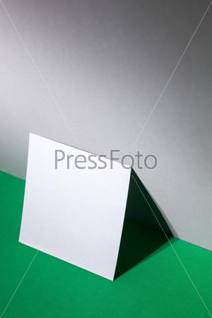Пустой лист бумаги около стены