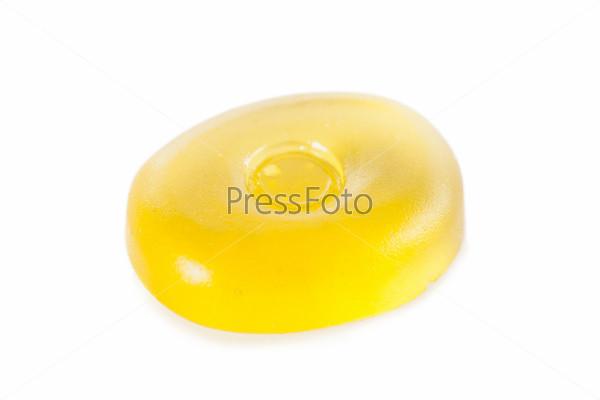 Желтая конфета, изолированная на белом фоне