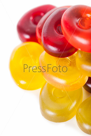 Желейные конфеты на белом фоне