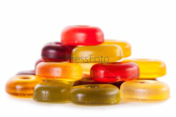 Яркие конфеты, изолированные на белом фоне
