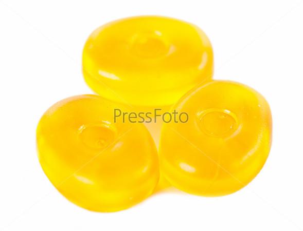 Желтые конфеты, изолированные на белом фоне
