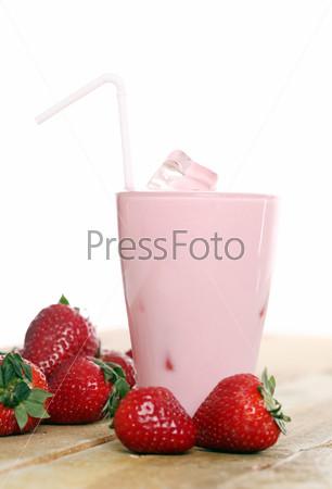 Фотография на тему Розовый коктейль со льдом и свежая клубника