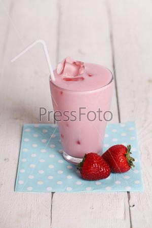 Розовый коктейль со льдом и свежая клубника