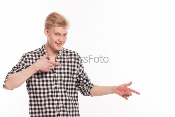 Молодой красивый парень показывает на что-то