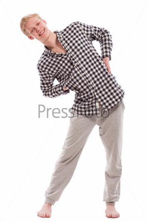 Портрет красивого парня, делающего упражнения